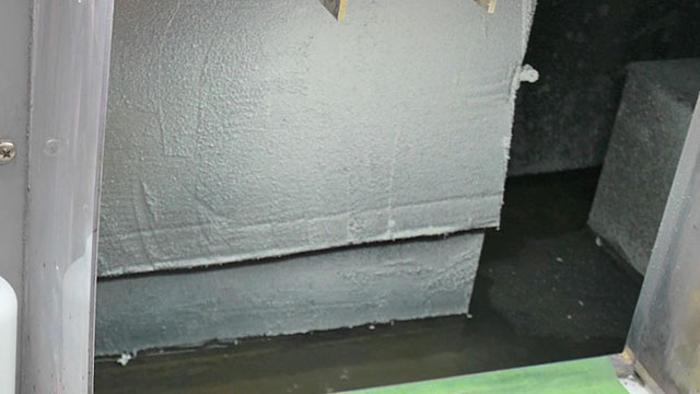 塗装の机の奥には水が流れている