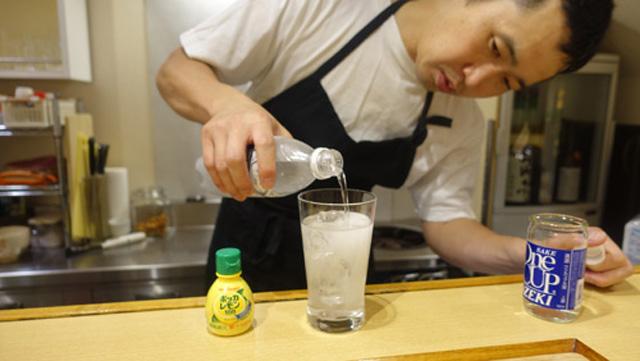 日本酒レモンハイもオススメ。日本酒とソーダを氷の入ったグラスに1対1。そこにレモン汁をお好みで。古賀さんの記事より。