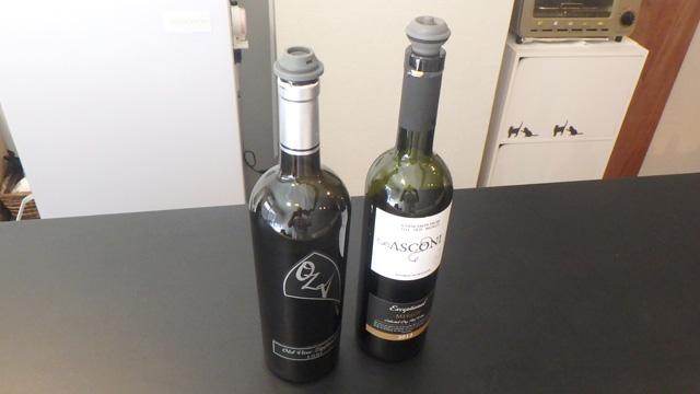 ワインボトル用の色々な栓が市販されています。これは瓶の中の空気を抜くことができる栓。