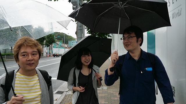 デイリーポータルZ編集部の林さん古賀さんそしてライターの西村さん。筆者大北ふくむ4名の「ここに出るのか」道を体験する。