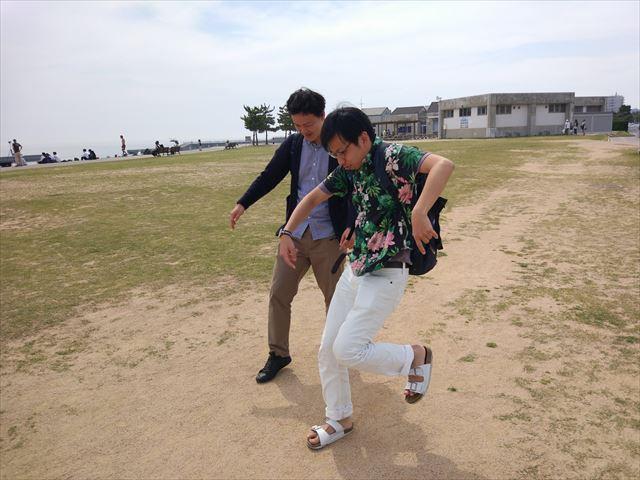 明石出身者と神戸出身者による実演、「明石海峡大橋にある『透明な床』を見たときの反応」。