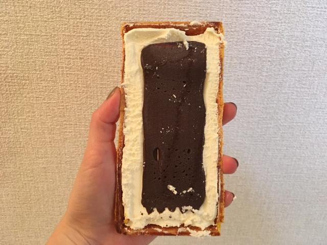 チョコとアイスを外す。中身のチョコ板、意外と小さくて驚いた。なのにあんなにパリパリするの?