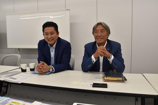 というわけで、日本カルミック株式会社に話を聞きに行った。営業企画部の桜井雅樹さん(正面右)と中村晋史さん(正面左)
