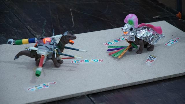 いっぽう最ヘボ賞は、前ページでも登場したアルミホイルでくるまれた恐竜、Miloのロボット(右)。頭上に派手な羽飾りを装備し、ロボット名は「peacock(クジャクの雄)」。