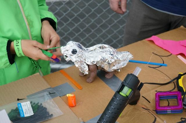 恐竜のおもちゃをアルミホイルで包んだもの。なんだこの愛おしさは