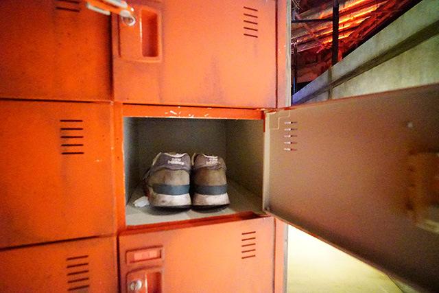 靴のロッカーが赤くてすでに不穏である。