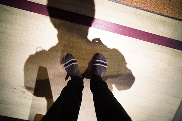 靴をぬぐことで足の裏から怖さが伝わってくる。