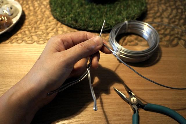 わら人形、じゃなくて針金でサッと人型を作る。