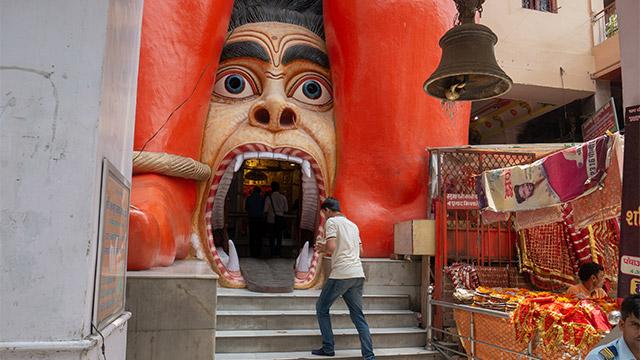 入り口が猿(?)の口である。左右のオレンジのはハヌマーンの足。どういうことだ。