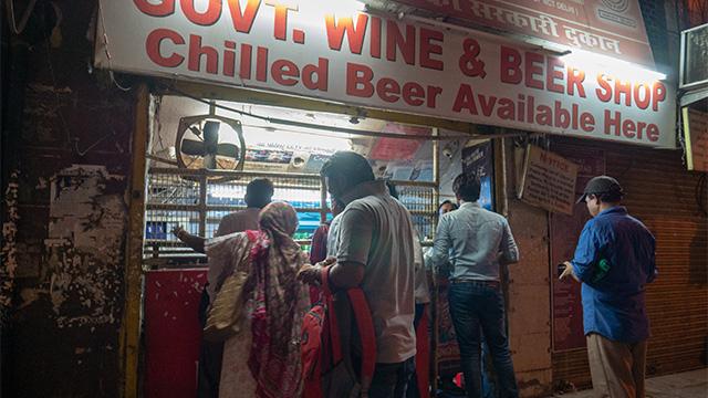 街の中にあった酒屋。この近くの路上で、コーラの入ったペットボトルに買ったばかりのリキュールを注いでる人がいた。インドにはストロングゼロがない。
