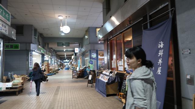 「水産棟前」のバス停から歩いて3分くらいで、お店が並んでいる地帯に着いた