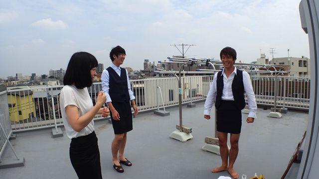 ちなみに安藤さんはOLの服装のサイズが小さすぎて、足がミチミチになっていた。