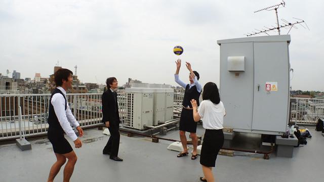 実際にやってみてすぐにわかったのだが、「ボールを屋上の外に落とせない」というプレッシャーがあるのでめちゃくちゃ怖い…!!