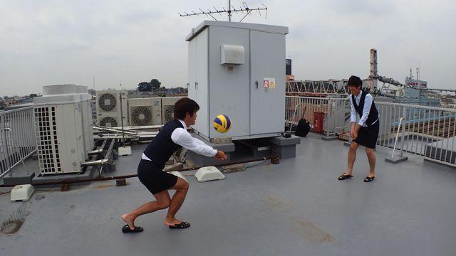 古賀さんがすぐに「私ムリ!怖い!抜ける!!」と言って心が折れてしまったので、屈強な変態OLによる変態のための変態バレーボールが始まった。屋上バレーボールは強靭な狂人しか生き残れない漢の聖域(サンクチュアリ)だったのだ。