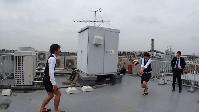 「今日もうちの社員は元気でいいねぇ~」とバレーボールを見守る石川課長
