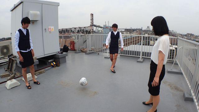 まずは屋上でサッカーをやってみる