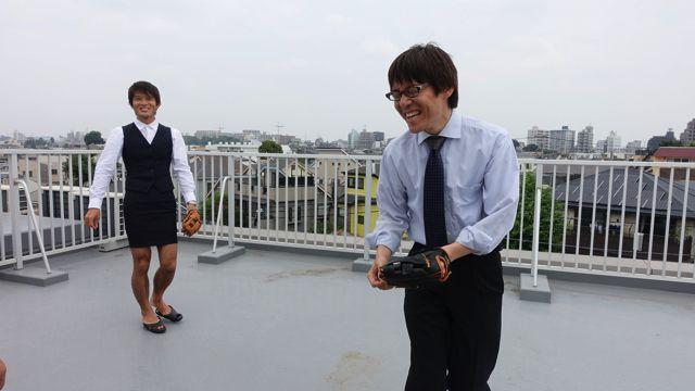 石川課長が一回やってみたところアワアワしながら「怖すぎる!やめましょう!!」と言ったのでキャッチボールは中止になった。恐怖が強すぎると人は笑顔になる。