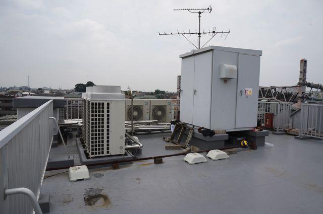 この狭い屋上のどこに隠れるか予想してみてほしい。絶対に予想が外れると思う。