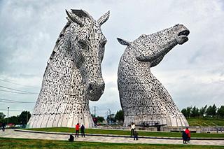近くに「ケルピーズ」というケルト神話の馬をモチーフにした巨大な像があったので見に行ったけどよく分からなかった。でも2頭の馬の間にも運河が流れ閘門があって興奮した