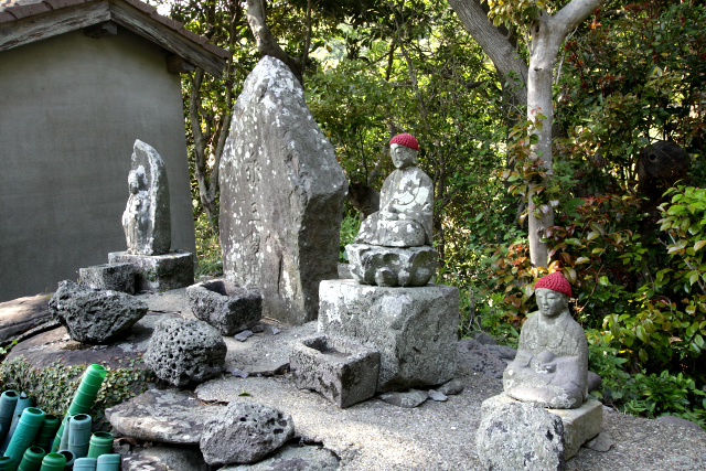 集落の入口には三界万霊碑と石仏が並んでいるが、これは仏教徒を装う為のものらしい