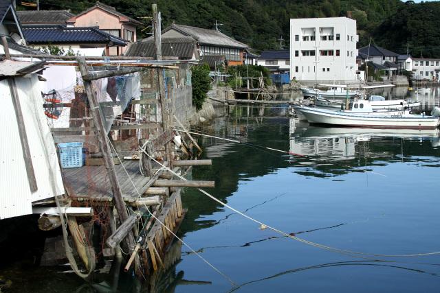 土地の狭い﨑津集落では昔から「カケ」と呼ばれる足場を海に張り出し、作業用のスペースを確保している