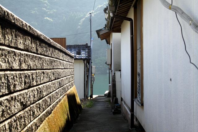 各家の間には「トウヤ」と呼ばれる小路が設けられており、通りから直接「カケ」に出ることができるようになっているのだ