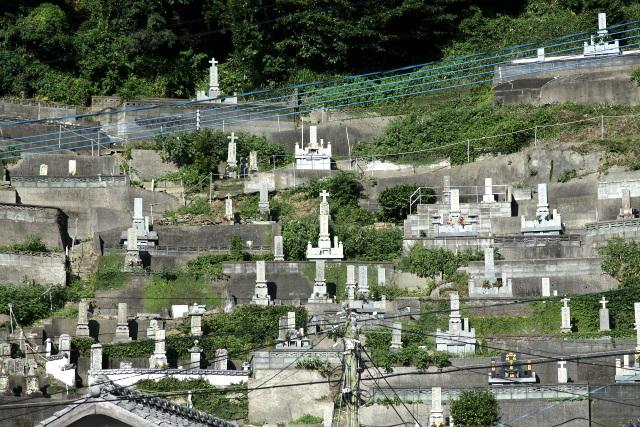 世界遺産の範囲外ではあるが、高台には墓石に十字架を乗せた墓地が築かれている