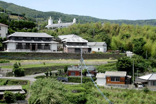 高い石垣の上に築かれた立派な家屋が目立つ、出津集落の風景