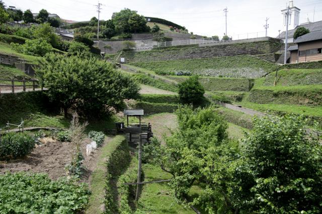 旧出津救助院から出津教会堂には石積で築かれた耕作地が広がっている