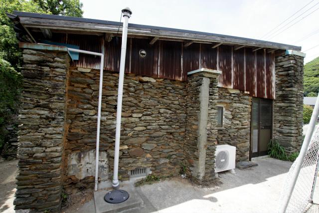 集落内には石積で壁を築いた素敵な家屋も残っている