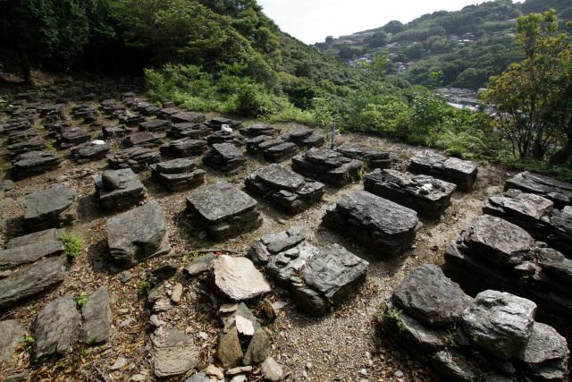 こちらは野中集落を一望できる野道共同墓地。世界遺産の範囲外ではあるものの、結晶片岩で築かれたキリシタン墓地が密に並んでいて雰囲気がすごい