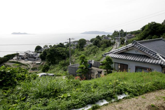 海に面した斜面に家屋が築かれている、小さな集落だ