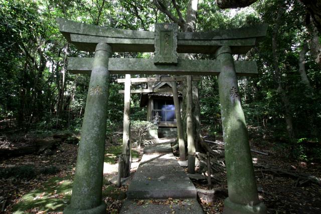 急傾斜の里道を登り切り、ようやく辻神社に到着