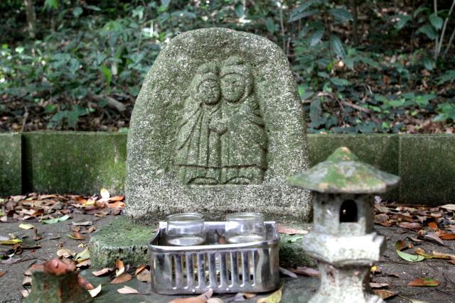 社殿の脇にはなんともかわいらしい道祖神が祀られていた