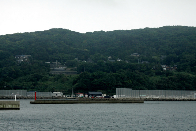 島の大部分が鬱蒼とした木々に覆われており、海から見ると確かに黒く見える島だ(天気が悪かっただけかもしれないけど)