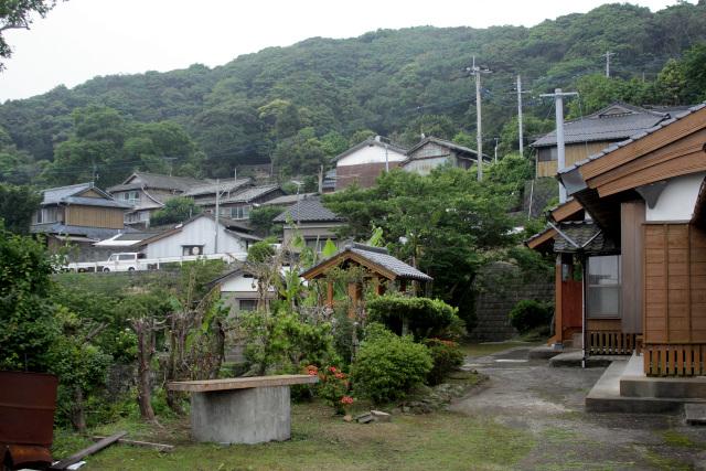港のすぐ上に存在するのは、黒島最古の集落であり主に仏教徒が暮らしている本村(ほんむら)集落である。家屋が密集する「集村」であるのが特徴だ