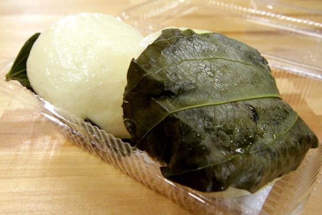 昔から祝い事の時などに作られてきた黒島名物「ふくれ饅頭」。黒島が育成北限であるサツマサンキライの葉を使っている