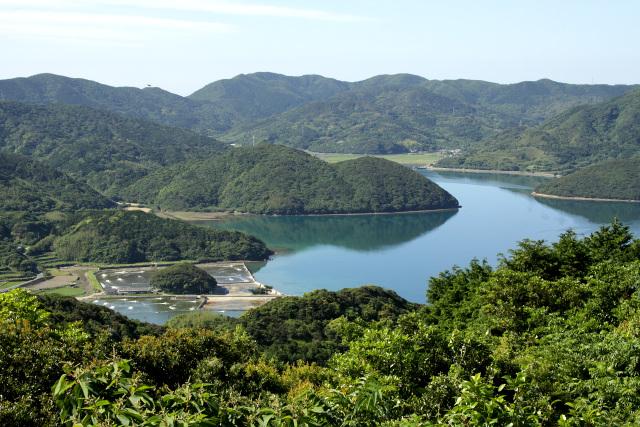 久賀湾が大きく切り込んでいる、馬蹄形の地形が特徴的な島だ