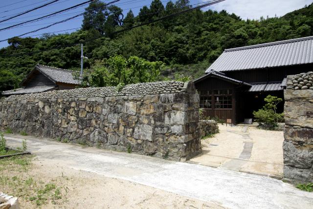 中心集落にある重厚な石壁が素敵な「藤原邸」は久賀島のガイダンスセンターだ