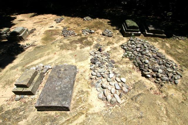 小石を葺いたものは禁教期の墓で、墓碑があるのは禁教が解けた後の墓だ
