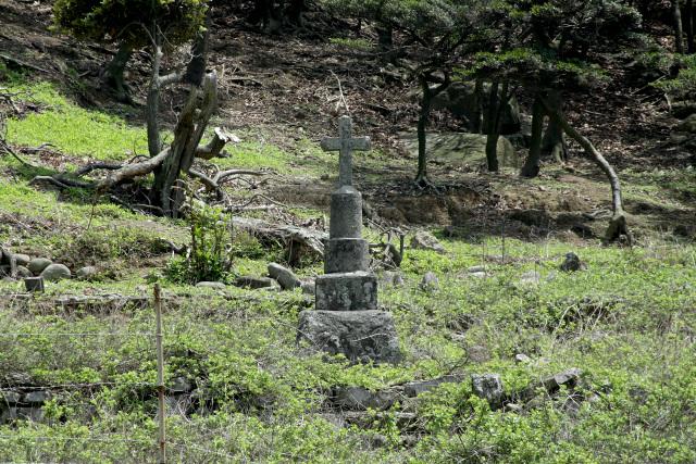 野崎ダムのほとりにポツンとたたずむカトリック墓地、哀愁である
