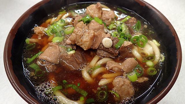 大阪の新世界周辺でのみ食べられているというホルモンうどん、そのルーツを探ってみた。