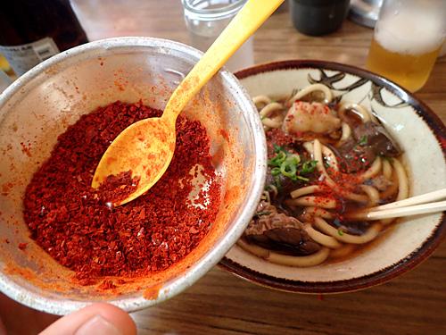 ちょっと舌が飽きてきたところで、粗挽きの唐辛子を入れて味を変える。