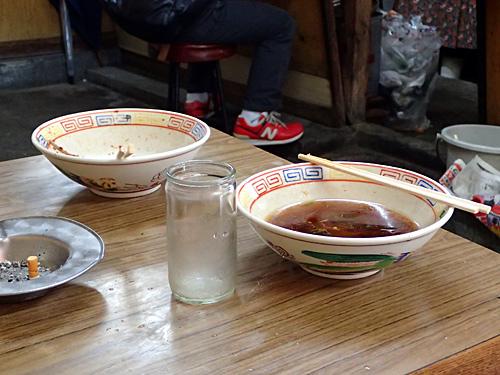 隣のテーブル席に置かれていた2玉用の丼がかっこよかった。
