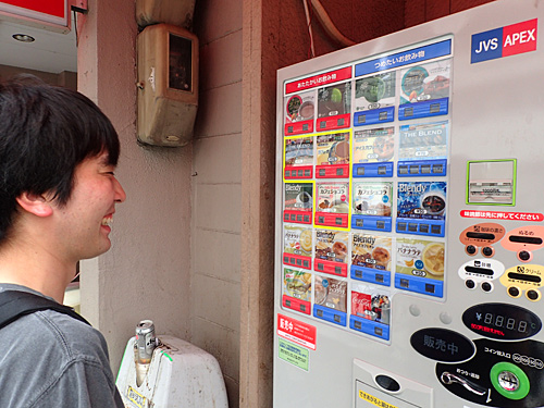 「紙コップタイプで安い自販機は初めてだなー」と、記念に50円のコーラとバナナラテを買った。