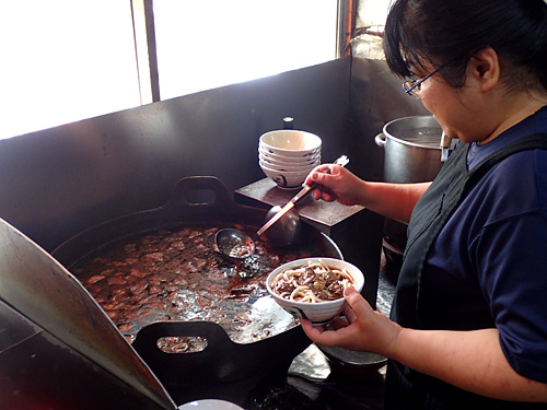大鍋で牛の腸と肺を煮込み、その汁をうどんにかけるというスタイルは、きらくやたつ屋とまったく同じ。