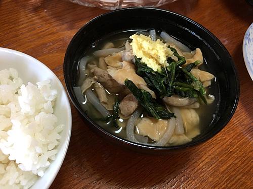 沖縄ポータルサイトのDEEokinawaのやんばるたろうさんからお借りした中身汁の写真。麺っぽいのはうどんではなくコンニャク。スープは薄味なのかな。