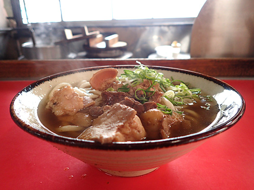 この丸徳に来る前、次はカウンターで食べたいともう一度きらくにいった。あの杯型の丼は沖縄そばスタイルなのかもしれない。