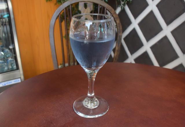 という事で早速注文。青い日本酒(300円)。