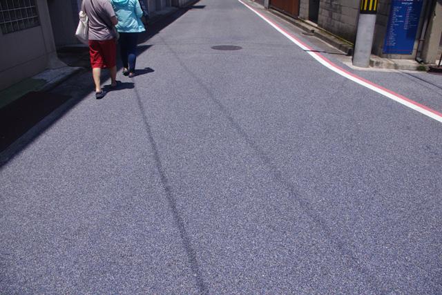 ジーンズストリートはご覧の通りアスファルトはうっすら青いし、
